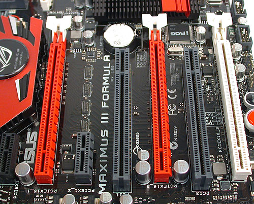 The design of the retaining clip for the PCIe graphics slots should again be familiar with ASUS users. We have previously given our stamp of approval as it allows easy removal of the installed card. The low profile heatsink on the extreme left also means that there is sufficient space for the PCIe x1 slot beside it.