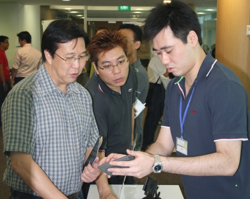 Kenny Yeo, Tech Writer, going through the basics of using the Holux GPS 6210T with the crowd at the Travel booth.