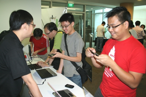 Vincent Chang, our Senior Tech Writer (far left), interacting with the participants while dishing out advice on what best suits their productivity workflow.