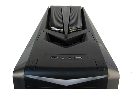 Moving to the top panel, we find two USB 2.0 ports, headphone and microphone jacks, and the power and reset buttons. The design of the top vents is also very ominous, which suits the flat black color scheme of the Raven RV02.