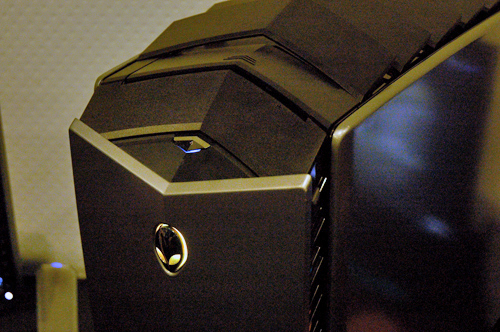 To prevent overheating, the 'multi-fins' are situated at the top of the chassis to allow hot air to dissipate. Dell has christened this feature as the 'Active Venting' louver system. How fancy.