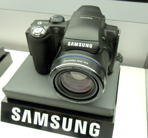 Samsung's latest super zoom camera sports a form factor that is reminiscent of most other prosumer cameras out there.