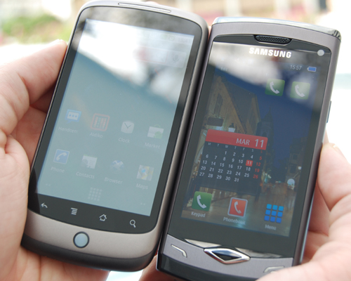 Under direct sunlight, the Google Nexus One's (left) AMOLED display is totally washed out, whereas there is still a semblance of legibility with the Samsung Wave's Super AMOLED display.