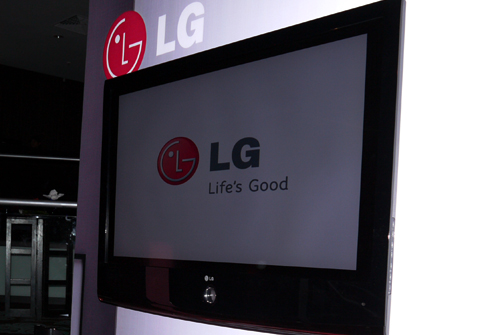 LG has slimmed their Scarlet down to a 39.7mm (42-inch model). The LH70's tuner and components have been relocated to its base as part of its slimming process.