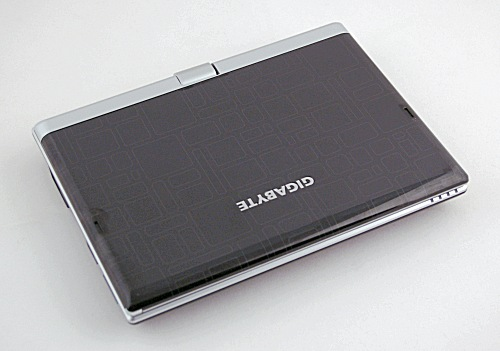 It may look like an ordinary netbook, but the single hinge is a giveaway to the true nature of the Gigabyte M912 touch screen tablet-type netbook.