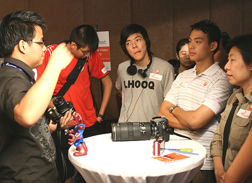 Senior Tech Writer Luke Tan giving useful photography tips to participants.
