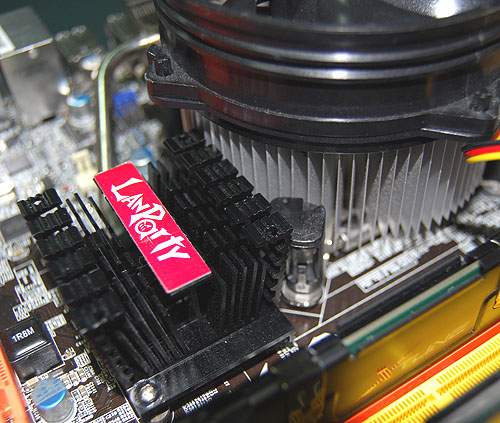 And indeed it was the case. There was virtually no space between the CPU heatsink and the Northbridge heatsink when installed. Both were practically in contact, making it slightly more difficult to remove the CPU fan.