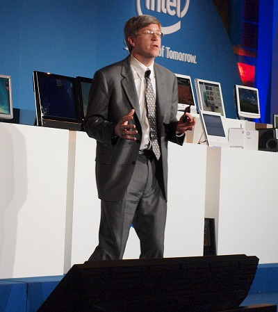 Robert Crooke, GM of Business Client Group at Intel was busy educating the media and on why the Lynnfield is a much more intelligent processor with its dynamic performance scaling architecture thanks to the more advanced power control unit.