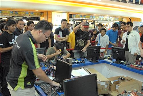 A crowd gathers as the participants start to assemble their PCs.