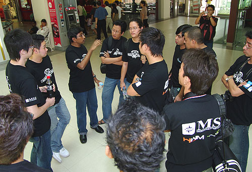 HWZ Editor Vijay Anand briefing the contestants on the rules and competition mechanics before the start.