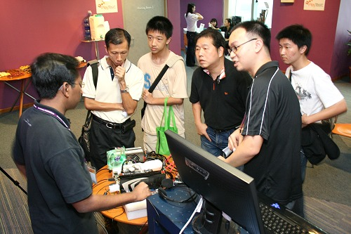 Vijay and Aloysius Low (far left and right respectively) from our www.hardwarezone.com online editorial team explaining the merits of the high-end demo system.