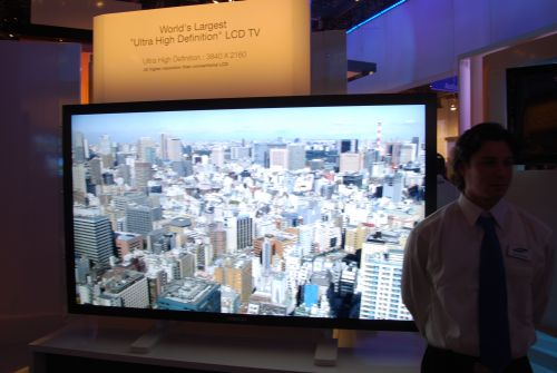 Samsung demonstrated its Ultra High Definition 82-inch TV that outputs video images in the 3840 x 2160 resolution. This is four times the resolution of 1920 x 1080 (Full HD).