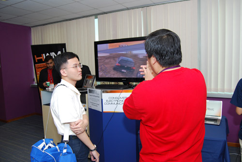 HWM Editor David Chieng explaining to an attendee how our 3D display setup works.