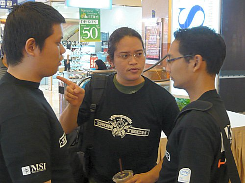 Our three contenders, Hendy, Alva, Raihan discussing some strategies before they begin.