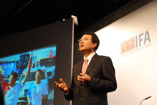 Dr. Jongwoo Park, President and CEO of Digital Media Business, Samsung Electronics, delivers his keynote address to a packed auditorium at IFA 2008. Notice that he's also one of the torchbearers in the Beijing Olympics 2008.