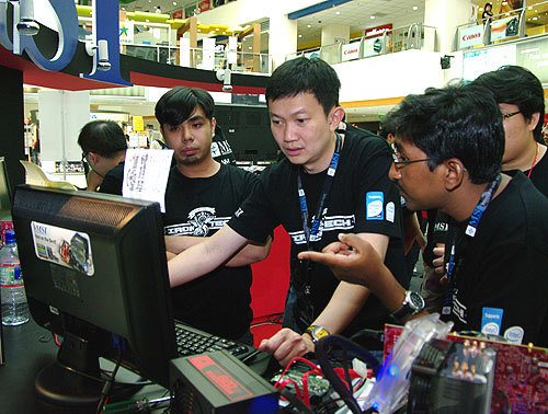 Gil Navarro encountered some issues with his system setup but the big guns, HWZ Chief Editor Dr Jimmy Tang and Editor Vijay Anand were there to help troubleshoot.