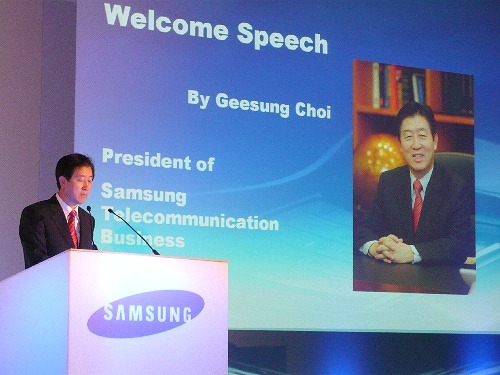 Mr. Geesung Choi opened the press conference with a resounding speech.