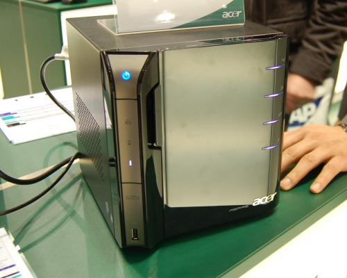 And this is the Acer Aspire easyStore home server which utilizes the Windows Home Server system. Though it looks really nice, we're not quite sure of its performance as it uses an Intel Atom 230 embedded processor on the Intel 945GC platform.