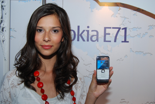 If you need further convincing of the petite nature of the Nokia E71, take note of how dainty it looks in the hand of this model right here. Need more evidence?