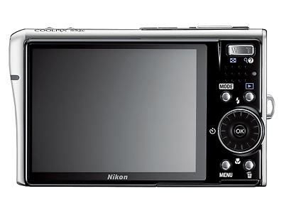 Though compactly situated at a small strip to the right to allow for a generous 3-inch LCD screen, the main controls doesn't feel cramped at all.