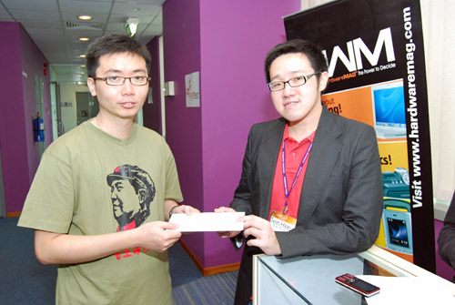 "HWZ.com mobile phone specialist Seow Tein Hee offering Nokia Music Store credits to a ""Fastest Fingers First"" participant."