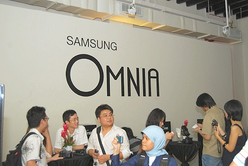 We were one with the crowd, as we awaited for the official unveiling of the Samsung i900 Omnia over at Theatreworks on a Monday afternoon.