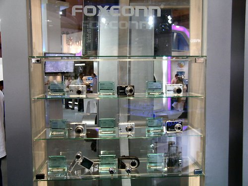 Foxconn seems to be looking at diversifying their product portfolio further into the CE market. We're seeing a whole range of 'Future Concept' products that Foxconn is looking at and some of them are right here like this range of digital cameras.