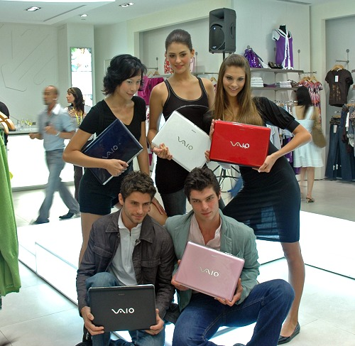 Happy and attractive models pose for this pretty picture with the latest prized offering from SONY which is the VAIO CR series notebooks in the five available colors.