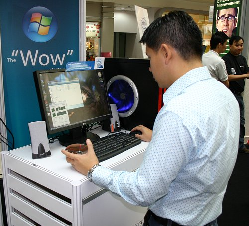 Working terminals like the one shown above allow you to experience Microsoft Windows Vista before you invest your hard earned dollars into one.