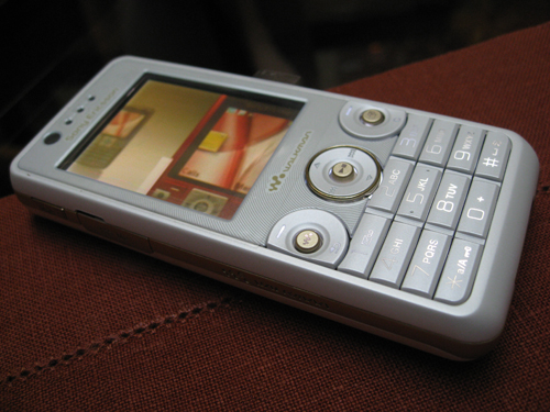 The white colored Sony Ericsson W660i Walkman mobile phone yet to be presented in the stores but it really is just as sleek as it looks.