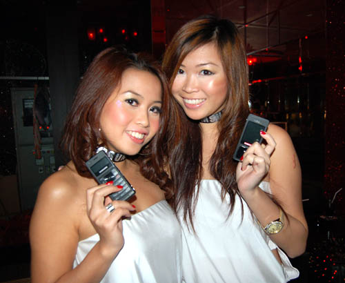 Alluring Samsung girls were also there at the event to bring the crowd closer to the new Samsung Ultra Music F300 Phone.