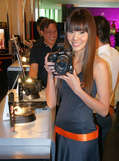 A model demonstrating that even ladies can handle the camera with grace. The main body is just shy of 700 grams, which is quite reasonable for a fairly powerful camera.