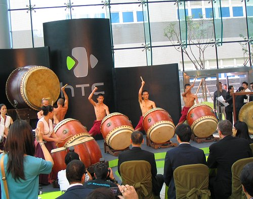 Stirring drum performance was staged to build up the momentous occasion of HTC's 10th anniversary and grand opening ceremony of its new global headquarter.