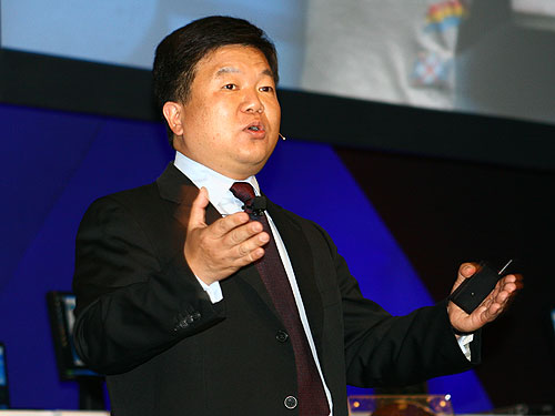 Eric Kim, Intel Senior Vice President and General Manager, Digital Home Group, delivering his keynote address on the first day of IDF Spring 2007 in Beijing.