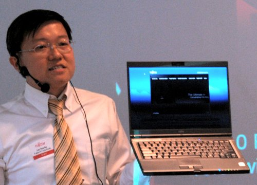 Mr Lim holding up the S6510 and as you can see, the S6510 boasts of a 14.1-inch screen within a 13.3-inch chassis, all thanks to Fujitsu's new SlimEdge Design and is light enough that he can swing it around with one hand.