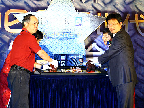 Henry Lu, MSI Senior Vice President (left) and Daniel Yeh from Intel China, jointly launched MSI's latest range of Intel-based motherboards at Dunhuang, China.