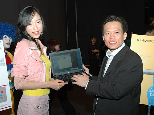 Dennis Mark, Vice President of Marketing for HP Personal Systems Group (APAC and Japan) shows off the new HP Compaq nc2400.