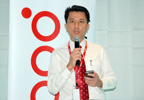 Kevin Yip, the new Country Sales Manager of Dopod, Singapore kick started the event.