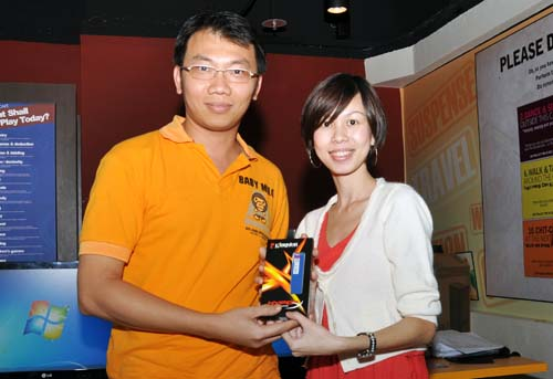 Another lucky winner, Mr Teo Choon Poh, being presented with Kingston's HyperX 4GB DDR3-1600 RAM from Ms Carmen Lee, Convergent Systems.