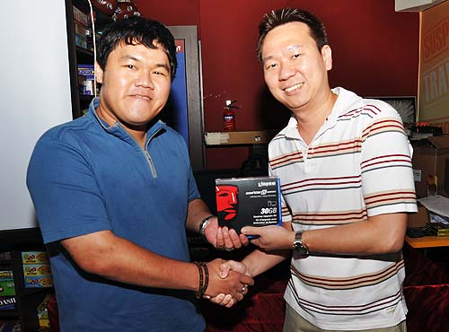 Here's our lucky winner of the Kingston SSDnow V 30GB, Mr Ng Hong Ye receiving his prize from Mr Marcus Wong, Convergent Systems.