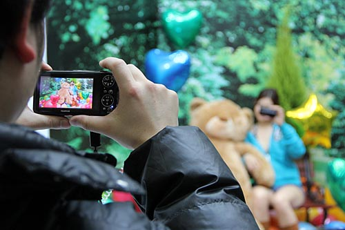 Another attendee trying out the Fujifilm FinePix REAL 3D W3 camera. This 10-megapixel camera is capable of shooting 3D HD movies and still photos.