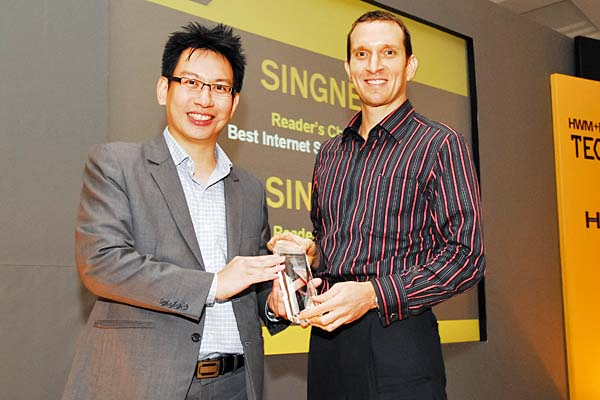 Similar to last year, SingTel swept the Reader's Choice awards for Best ISP and Best Mobile Operator (Singapore). Here's Mr. Loren I. Shuster, Vice President for Consumer Marketing, SingTel Telecommunications Ltd., receiving the awards.