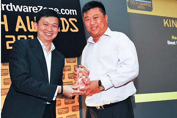 Mr. Kelvin Khong, Managing Director, Convergent Systems, accepting on behalf of Kingston the Reader's Choice award for Best PC Memory Brand.