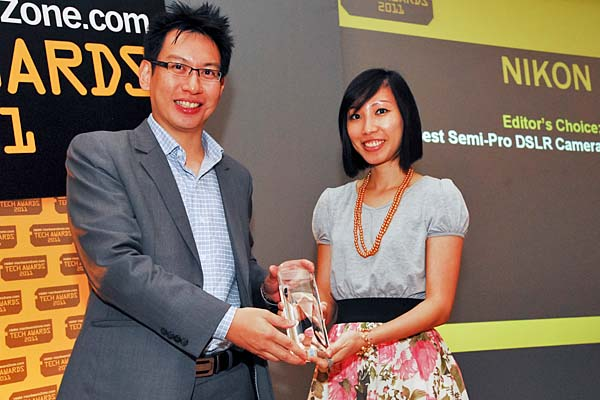 Ms. Sherina Liew, Marketing Manager, Nikon Singapore Pte. Ltd., was there to receive the Editor's Choice award for Best Semi-Pro DSLR Camera (Nikon D7000).