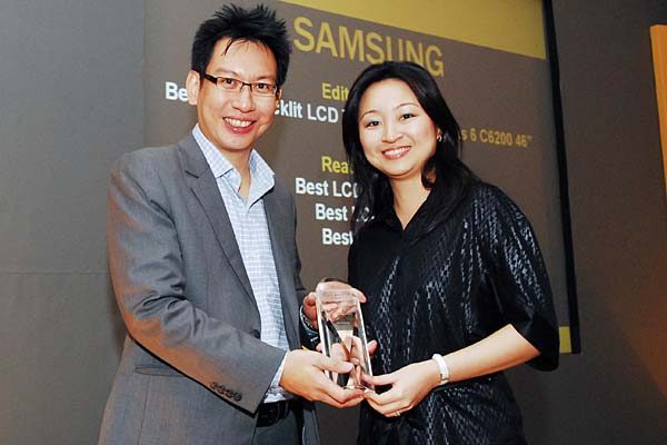 Samsung was the big winner in the display categories. It won three Reader's Choice awards for Best LCD Monitor Brand, Best LCD TV Brand, and Best 3D TV Brand. It also won the Editor's Choice for Best LED-backlit LCD TV. Ms. Janice Chew, Marketing Manager, Marketing Team, Samsung Asia Pte. Ltd., was present to receive the accolades.