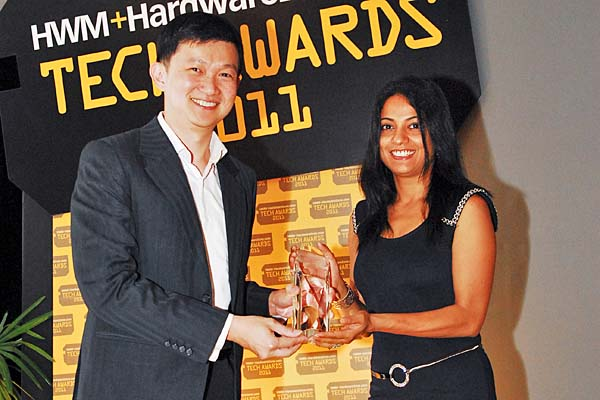 Apple won a total of five awards, including Reader's Choice for Best Desktop PC Brand and Best Notebook Brand. Here's Ms. Malini Mitra, PR Manager for Apple South Asia, receiving the award from Dr. Jimmy Tang.
