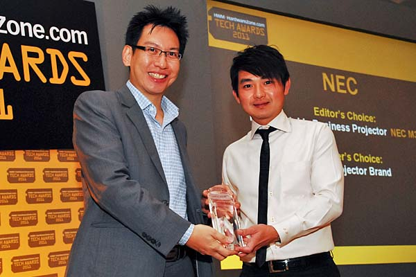 NEC has swept both Editor's and Reader's Choice in the projector categories. The M350X is the Editor's Choice for best portable business projector. Here's Mr. Jamez Liu from NEC Asia receiving the award from the hands of Mr. Eugene Low, Deputy Managing Director, SPH Magazines.