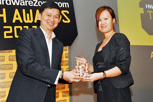 The LG Optimus One P500 won the Editor's Choice for Best Value Smartphone. Ms. Eileen Teah, Web Marketing Assistant Manager, LG Electronics, was there to receive the award.
