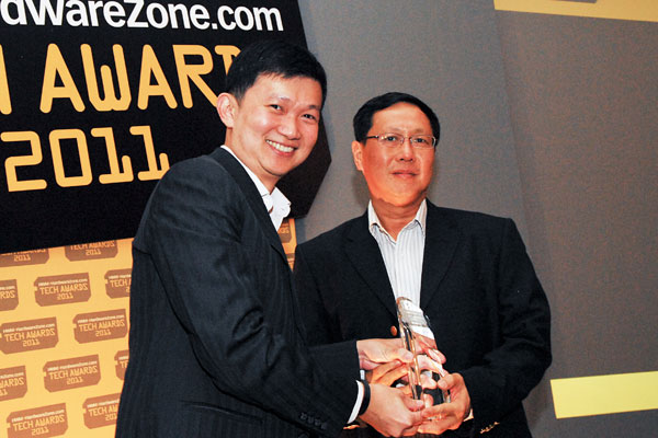 Mr. Edward Teo, General Manager, NaviCom Technology Pte. Ltd. (authorized distributor for Garmin in Singapore) was present on behalf of Garmin to pick up the Reader's Choice award for Best GPS Brand.