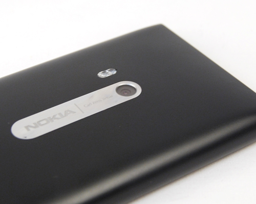 Think only glossy surfaces are a fingerprint magnet? Think again, because the N9 was smeared with not just our prints, but also oil smudges on its matte surface.
